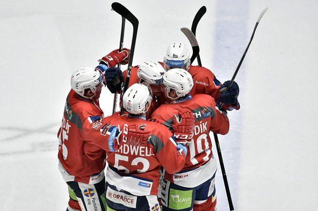 Pardubická radost. Pardubičtí hokejisté (zleva) Jan Mandát, Jacob Cardwell, Ondřej Machala, Vojtěch Budík a Luboš Horký se radují z gólu.
