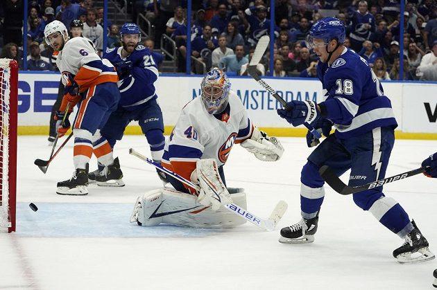 Útočník Tampy Bay Lightning Ondřej Palát (18) sleduje, jak puk míří za záda brankáře New Yorku Islanders Semjona Varlamova (40) v semifinále NHL.