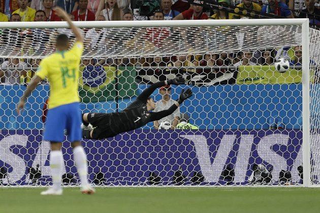 Švýcarský gólman Yann Sommer inkasuje gól po střele Brazilce Coutinha (není na snímku).