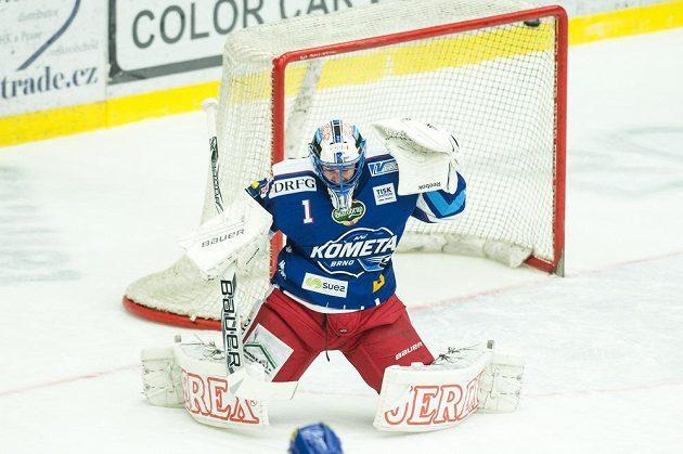 Brankář Marek Čiliak z Brna dostává první gól v Hradci Králové.