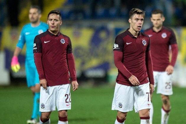 Zklamaní fotbalisté Sparty Praha Daniel Holzer (vlevo) a Václav Kadlec po porážce ve Zlíně.