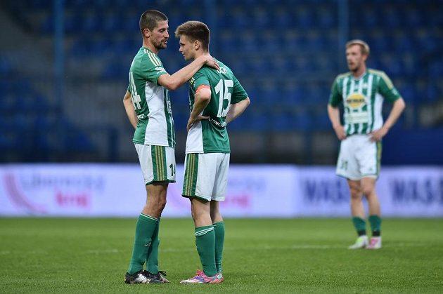 Zleva Daniel Krch a Michal Šmíd z Bohemians po čtvrtém gólu Liberce.