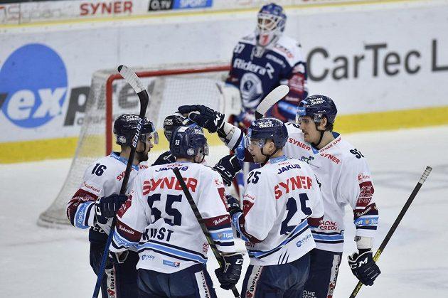 Hokejisté Liberce se radují z gólu Radana Lence (druhý zprava).