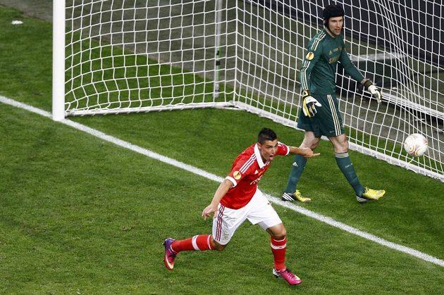 Oscar Cardozo z Benfiky se raduje z gólu do sítě Petra Čecha ve finále Evropské ligy. Jenže radost byla předčasná. Rozhodčí gól kvůli ofsajdu neuznal.