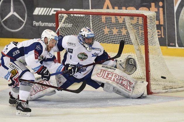 Brankář Brna Marek Čiliak inkasuje druhý gól ve čtvrém semifinále s Plzní. Vlevo Jan Štencel z Brna.