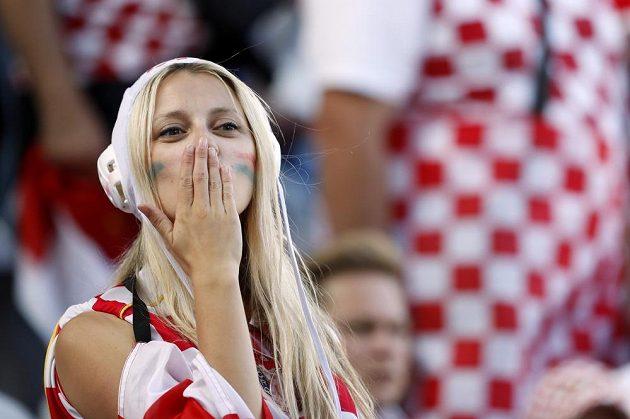 Chorvatská fanynka sleduje osmifinále ME proti Portugalsku.