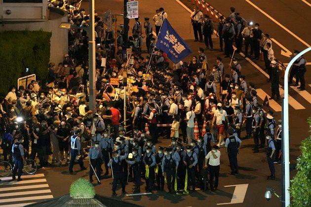 Před Olympijským stadionem v Tokiu probíhají protesty proti pořádání her.