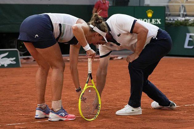 Barbora Krejčíková diskutuje s umpirovým rozhodčím ve třetím setu semifinálové bitvy na French Open.