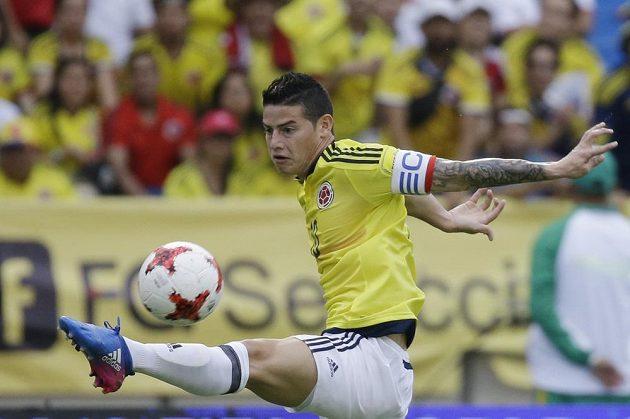 Kolumbijec James Rodriguez krotí míč během utkání kvalifikace o postup na MS 2018 proti Bolívii. Kolumbie vyhrála 1:0 a Rodriguez dal jediný gól zápasu.