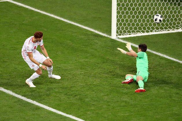 Tunisan Fakhreddine Ben Youssef dává gól proti Panamě.