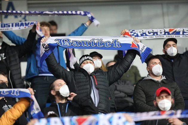 Fanoušci na tribuně před začátkem zápasu zazpívali hymnu Baníku.