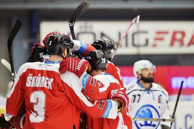 Hokejisté Olomouce se radují na plzeňském ledě.