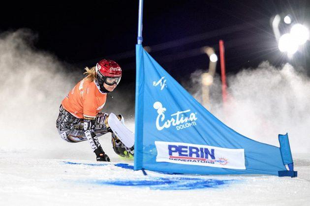Snowboardistka Ester Ledecká v osmifinále paralelního slalomu Světového poháru v italské Cortině.