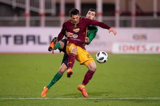 Uroš Duranovič z Dukly Praha a Karel Soldát z Příbrami během utkání 18. kola Fortuna ligy.
