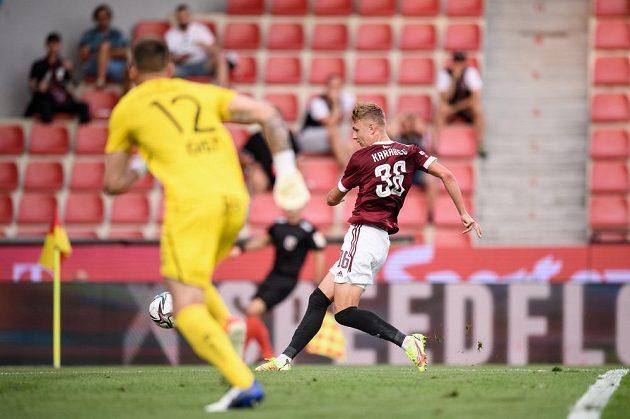 Adam Karabec ze Sparty Praha a jeho gólová šance během utkání 5. kola Fortuna ligy.