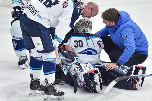 Zraněný brankář Plzně Tomáš Král v duelu s Libercem.