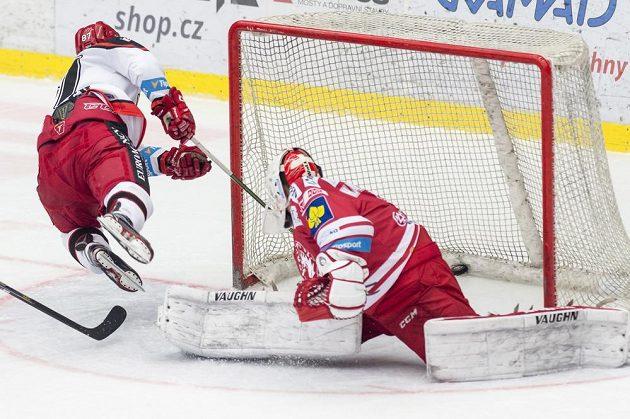 Hradecký útočník Antonín Honejsek (vlevo) střílí třetí gól. V brance Třince je Peter Hamerlík.
