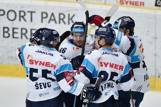 Autor druhého gólu Michal Birner (druhy zleva) se raduje se spoluhráči z Liberce.