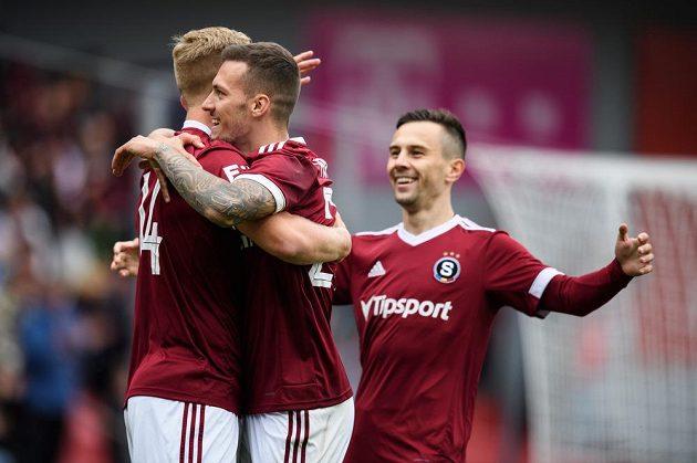 Václav Drchal ze Sparty Praha a Lukáš Haraslín oslavují gól na 1:0 .