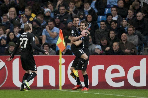 Plzeňský záložník Tomáš Hořava (zcela vpravo) slaví se spoluhráčem Milanem Petrželou vyrovnávací gól na hřišti Manchesteru City. Vlevo k nim přibíhá František Rajtoral.