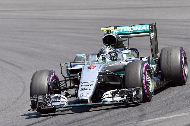 Pilot Mercedesu Nico Rosberg zajel v kvalifikaci na VC Rakouska druhý čas, kvůli penalizaci za výměnu převodovky ale ztratí na startovním roštu pět míst.