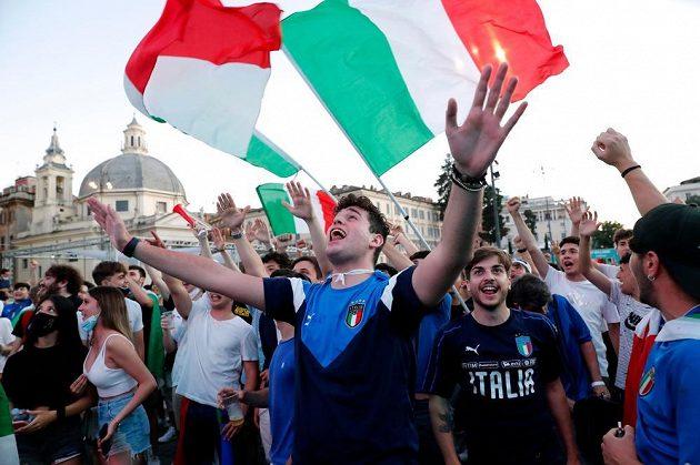 Fanoušci Itálie drží palce svému týmu v osmifinále EURO také na náměstí v Římě.