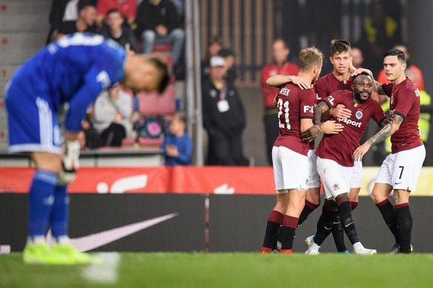 Zleva Martin Hašek, Adam Hložek, Guélor Kanga a David Moberg Karlsson oslavují gól na 2:0