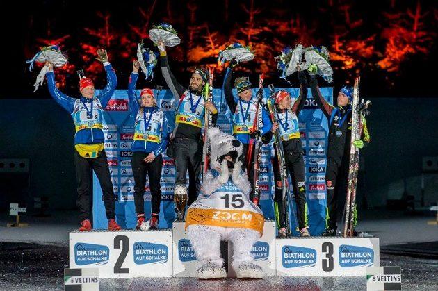 Stupně vítězů - vlevo druzí Ondřej Moravec s Gabrielou Soukalovou.