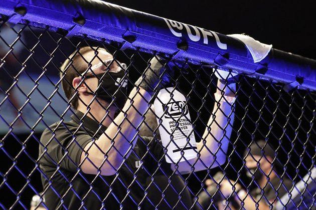 Dezinfekce na galavečeru UFC 249 v Jacksonville. Byla všude i během zápasů.