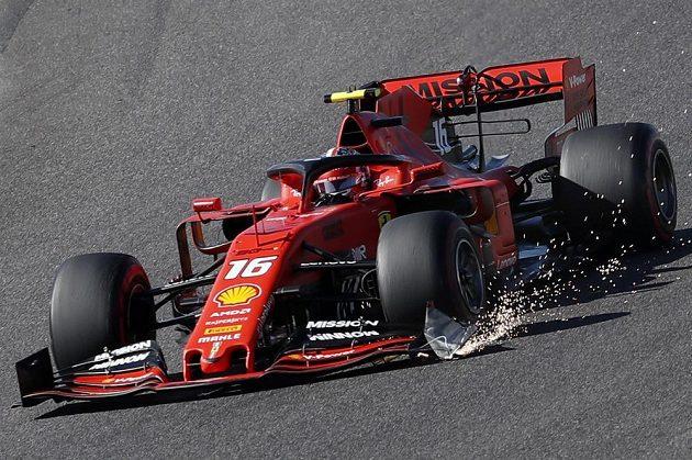 Jiskřící vůz Charlese Leclerca po kolizi s Maxem Verstappenem.
