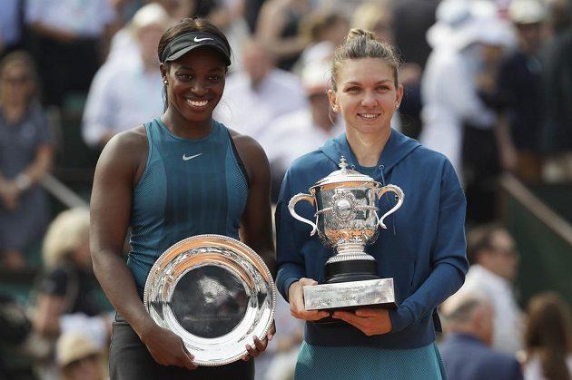 Obě účastnice finále dvouhry žen na French Open. Zleva poražená Američanka Sloane Stephensová, vpravo vítězka Simona Halepová.