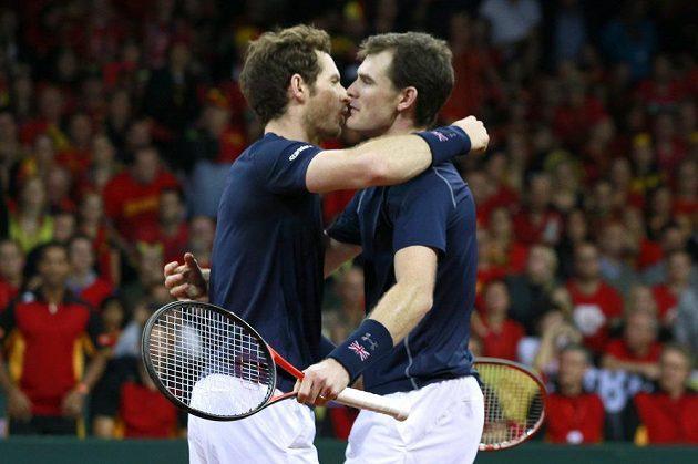 Bratři Andy (vlevo) a Jamie Murrayové oslavují výhru ve čtyřhře ve finále tenisového Davis Cupu proti Belgii.