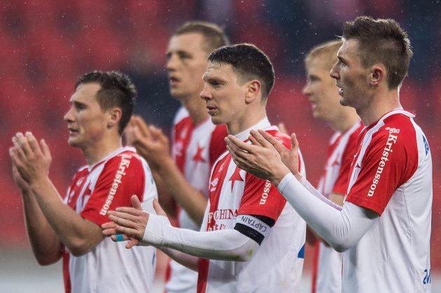 Fotbalisté Slavie Praha (zleva): Jan Bořil, Jiří Bílek a Jaromír Zmrhal děkují fanouškům za podporu.