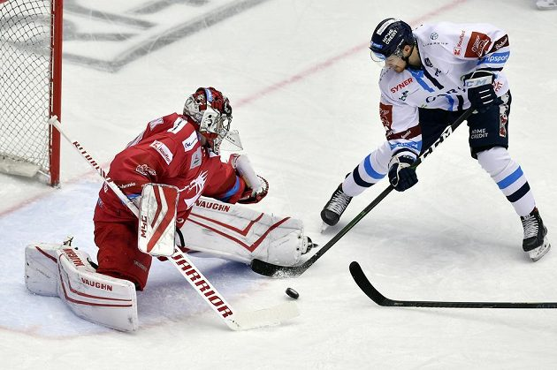 Tomáš Filippi střílí druhý gól Liberce. Vlevo je brankář Třince Jakub Štěpánek.