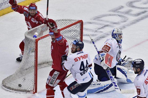 Druhý gól Třince. Brankář Liberce Petr Kváča už nemohl nic dělat.