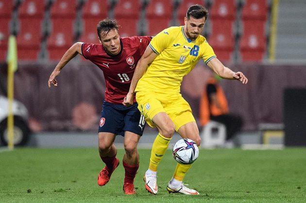 Spoluhráči ze Slavie Praha, Stanislav Tecl a Taras Kacharaba z Ukrajiny během přípravného utkání fotbalové reprezentace.