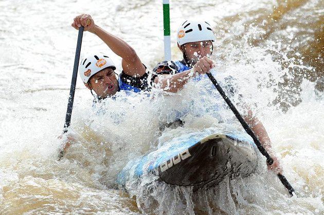 Jaroslav Volf (vpředu) a Ondřej Štěpánek během kvalifikace MS ve vodním slalomu na kanále v Praze-Troji.