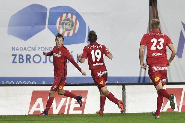 Brněnský Jakub Přichystal se raduje z gólu. Uprostřed Milan Lutonský a vpravo Michal Škoda.
