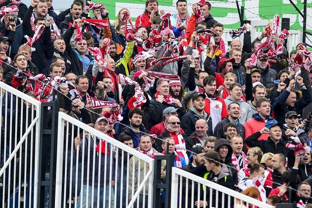 Fanoušci Slavie oslavují gól svého týmu v Hradci Králové.