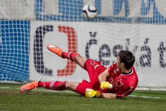 Brankář Slavie Jiří Pavlenka inkasuje z nařízené penalty v utkání v Mladé Boleslavi.