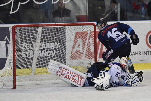 Útočník Liberce Michal Birner střílí vítězný gól při samostatných nájezdech. V brance Komety je Martin Falter.
