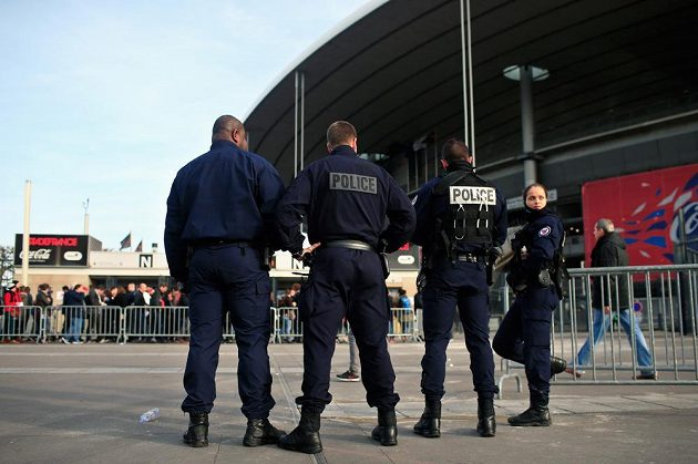 Mimořádná bezpečnostní opatření před Stade de France.