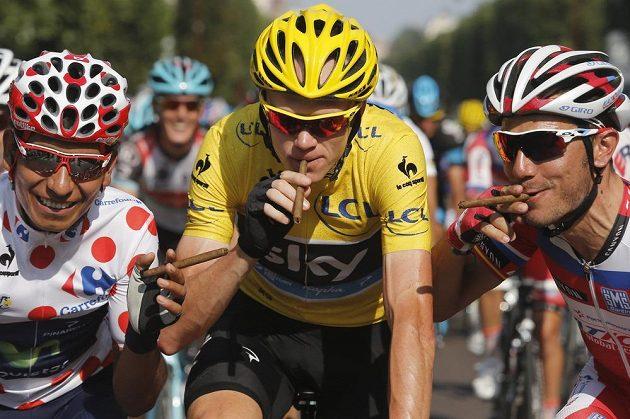 Nairo Alexander Quintana (vlevo), Christopher Froome (ve žlutém) a Joaquim Rodriguez si v závěrečné etapě Tour stihli zakouřit doutník.
