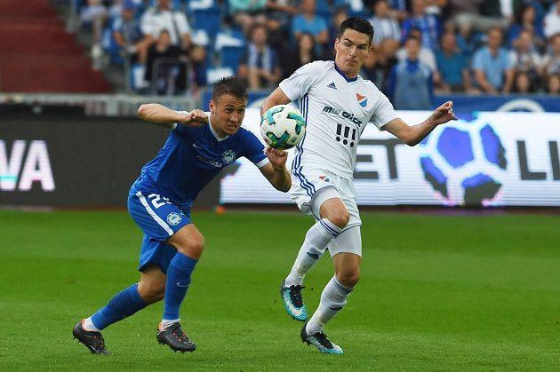 Liberecký Filip Havelka se dere v utkání 28. kola k míči, zastavit se ho snaží ostravský Robert Hrubý.