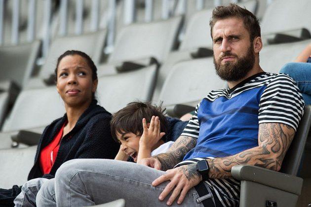 Fotbalista Jan Holenda s rodinou sleduje utkání Slavie s Příbramí.
