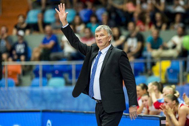Trenér českých basketbalistek Ivan Beneš při utkání s Ukrajinou.