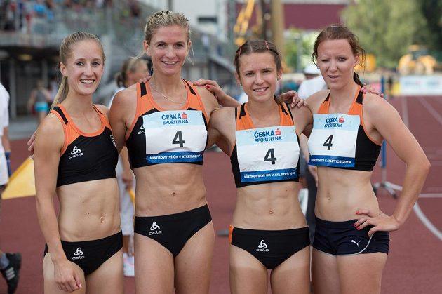 Vítězky běhu na 4x400 metrů. Zleva Julie Jiravská, Lenka Švábiková, Barbora Hanzlová a Michaela Drábková z USK Praha.