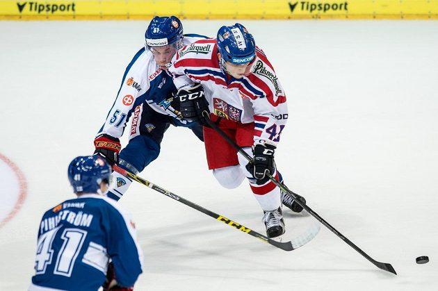 Finský útočník Tomi Sallinen (vlevo) v souboji s českým obráncem Radimem Šimkem.