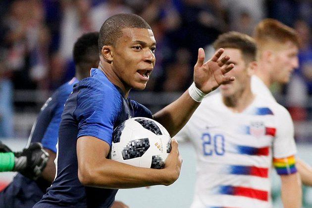 Francouzský útočník Kylian Mbappe spěchá na polovinu hřiště poté, co vstřelil gól do sítě USA.
