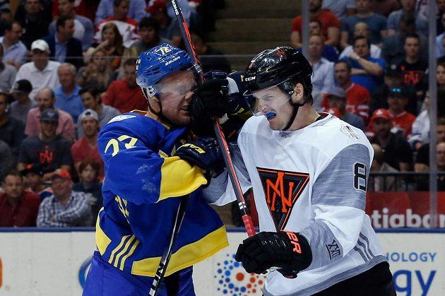 Švéd Patric Hornqvist (72) v souboji s obráncem Výběru Sverní Ameriky Jacobem Troubou (8).